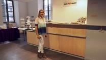 Valérie Revol devant le buffet arrivé pour l'occasion